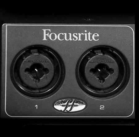 Două mufe mamă hibrid (combo) XLR (Canon) + TRS 6.3mm (Jack, Phone), pe o interfaţă audio Focusrite